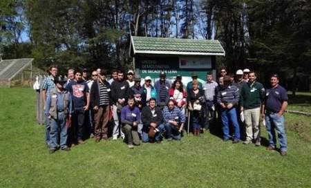 Grupo de productores forestales y profesionales de CONAF en el Módulo de secado de leña en R. N. Villarrica-Hualalafquén