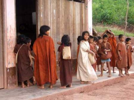 Niños al pie de la carretera